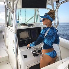 Cruisin' into Friday tomorrow like ..... ⚓️  Creds: thanks  @bombchelle_fishing for being such a boating babe! #boatbabes #thrusdaypost #vivaboats #sportfishing #boats #boatsales