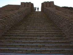 Ur, Mesopotamia (Irak); detalle de las escalinatas que llevan a lo alto del Zigurat