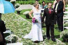 Lindo casamento da Karine Kavilhuka com Marcello Maia em Joinville, Santa Catarina. #casamento #wedding #shoes #noiva #bride #groom