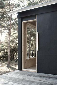 A beautiful basic weekend cabin in black