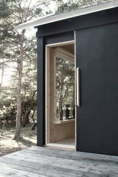 A beautiful basic weekend cabin in black