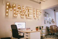 clases de maquillaje barcelona Makeup Studio Decor, Makeup Room Decor, Makeup Rooms, Beauty Room Salon, Beauty Room Decor, Beauty Studio, Salon Interior Design, Studio Interior, Makeup Salon