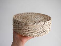 バッグではやらない縦芯1本取り。密にして厚みの出るホラ編みと組み合わせたら中綿風(?個人的感想。)かなと。 iichi バスケタル「丸い器2」 #籐 #籐かご#かご #カゴ #籠 #バスケット #iichi #バスケタル #ラタン #rattan #wicker #wickerbasket #panier #canastos #바구니 #корзина #korb