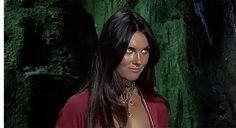 Кинороли британской звезды фильмов ужасов 1970-х годов Кэролайн Манро | Интересное обо всем и всех | Яндекс Дзен Chokers, Fashion, Moda, Fashion Styles, Fashion Illustrations