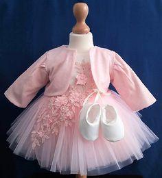 Compleu de botez pentru fetite model Azaleea format din rochita cu captuseala din bumbac, caciulita, bentita, botosei si dresuri.  Compozitie: Rochie Botez: 100% Poliester, căptușeală 100% Bumbac, Caciulita: 100% Poliester  Marimi disponibile: 6 luni
