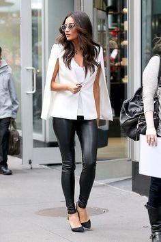 Acheter la tenue sur Lookastic:  https://lookastic.fr/mode-femme/tenues/manteau-cape-debardeur-pantalon-slim-escarpins-lunettes-de-soleil/5549  — Manteau cape blanc  — Débardeur blanc  — Pantalon slim en cuir noir  — Escarpins en daim noirs  — Lunettes de soleil grises