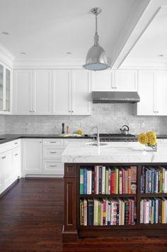 Inbyggd bokhylla i köksö, för kokböcker