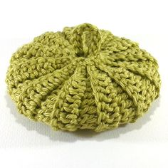 Ce tawashi est réalisé dans un fil 100% coton vert olive lumineux. Son diamètre est de 8,5 à 9 cm.