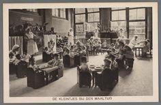 prentbriefkaart van kleuters aan de maaltijd in de crèche aan de Plantage Middenlaan in Amsterdam, 1932