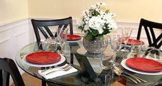 Home Staging Tips. Dining room home staging tips.Ideas for staging a dining room. If you are thinking about selling your home, a properly staged dining room will allow potential homebuyers to imagine themselves entertaining and gathering in the room. Living Room Decor On A Budget, Diy Home Decor On A Budget, Glass Round Dining Table, Dining Room Table, Dining Area, Dining Room Centerpiece, Home Staging Tips, Home Garden Design, House Design