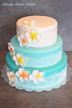 C'est avec un immense plaisir et un très grand honneur que j'ai réalisé cette pièce montée bleu lagon et fleurs de tiaré pour le mariage de ma cousine ^^