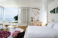 Abigail Turins Carpinteria, California, Beach House : Architectural Digest Like the sliding doors White Bedroom, Dream Bedroom, Modern Bedroom, Summer Bedroom, Architectural Digest, Playa Beach, California Beach, Design Case, Mid Century House