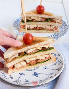 Club sandwich met kip, bacon, mayo, mosterd, sla en tomaat