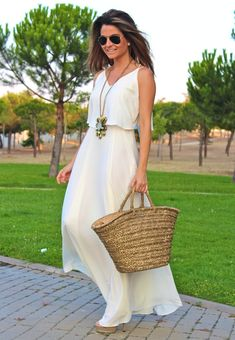 Fashion and Style Blog / Blog de Moda . Post: Long white dress / Vestido blanco largo .More pictures on/ Más fotos en : http://www.ohmylooks.com/?p=23779 .Llevo/I wear: Dress /Vestido : Zara (sales) ; Necklace / Collar : Fahoma ; Sunglasses / Gafas de sol : Ray Ban ; Sandals /Sandalias : Pilar Burgos.