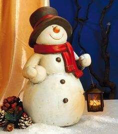 Schneemann mit Hut und Laterne - Der freundliche Schneemann aus Keramik ist ein echter Hingucker. Er lässt nicht nur Kinderaugen leuchten, sondern weist auch Ihren Gästen den Weg. Im geschützten Eingangsbereich, Treppenhaus, Wintergarten oder Diele fühlt sich dieser Schneemann sehr wohl. Dort wird er von Ihren Gästen bewundert und auch Sie werden sich immer wieder an diesen wunderschönen Schneemann erfreuen.
