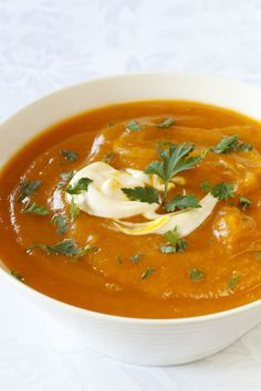 Pompoensoep met kerrie is een heel erg lekkere combinatie. De kerrie past erg goed bij de pompoen, je kan milde of pittige kerrie gebruiken in de pompoensoep I Love Food, Good Food, Yummy Food, Coconut Lentil Soup, Soup Recipes, Healthy Recipes, Warm Food, Pumpkin Soup, Homemade Soup