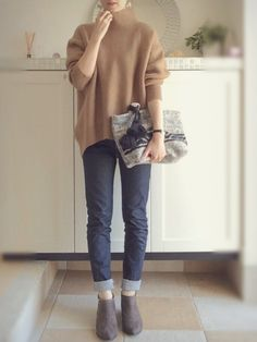 Solid neutral colors - skinny cuffed denim and booties Japan Fashion, Daily Fashion, Love Fashion, Womens Fashion, Warm Outfits, Casual Outfits, Fashion Outfits, Saturday Outfit, Minimal Fashion