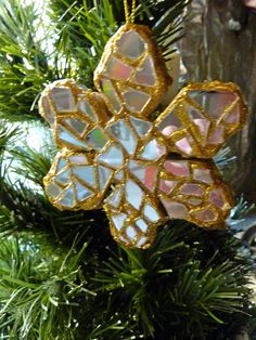 """Pinner wrote: """"Recycled CD Snowflake Ornament - Dig into your stash of old CDs for this recycle craft. Christmas crafts should be easy and fun - who needs any added stress during the holiday season? From Make It Easy Crafts."""""""