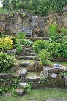 garten am hang Sloping garden design Landscaping A Slope, Landscaping With Rocks, Landscaping Ideas, Tuscan Garden, Mediterranean Garden, Inexpensive Backyard Ideas, Tiered Garden, Sloped Garden, Olive Garden