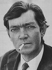 Cortázar: escritor argentino nacido por accidente en Bruselas, donde se hallaba su padre como embajador.