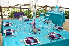 love this but more of a blue not teal...or other way with purple table cloth and blue napkin