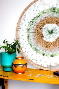 Création unique composée uniquement de matériaux de rembourrage d'envois postaux! Tissage circulaire en mode #reuse #recycle #zerowaste. Dimension: 90 cm de diamètre.  Creations, Unique, Circular Weaving, Upholstery, Fashion Styles