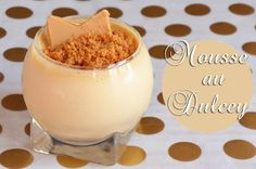 Recette de mousse au chocolat blond, le fameux Dulcey de Valrhona, très gourmande au bon goût de confiture de lait : servez-la avec un crumble spéculoos...