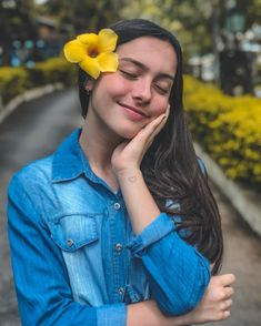 O que você tem de diferente, é o que você tem de mais bonito 💛 Photography Poses Women, Fashion Photography Inspiration, Tumblr Photography, Friend Pictures, Girl Pictures, Selfie Poses, Selfies, Instagram Pose, Photos Tumblr
