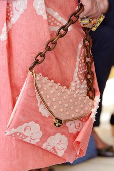 See all the Details photos from Tory Burch Spring/Summer 2013 Ready-To-Wear now on British Vogue Beautiful Curves, Beautiful Bags, Tory Burch, Bikini For Curves, Tout Rose, Jessica Parker, Girls In Panties, Saint Laurent, Girl With Curves