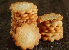 ciasteczka są przepyszne, szczerze polecam. Nie zamieniajcie smalcu na inny tłuszcz, bo to już nie będzie to. Ja swoje ciasto wałkowałam dość cienko na ok 3 mm bo takie ciasteczka lubimy ale można nieco grubiej. Z podanych składników wyszło mi około 60 ciasteczek Składniki: 2 szkl mąki pszennej, 200 g smalcu, 2 łyżki śmietany 12% lub 18%, 1/3 szkl cukru, 2 łyżeczki cukru z wanilią, 1/2 łyżeczki soli Healthy Desserts, Healthy Recipes, Snack Recipes, Snacks, Polish Recipes, Polish Food, Cannoli, Sugar Cookies, Muffin