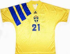 1994 Sweden Match Issue 'Joe Robbie Cup' Home Shirt Kindvall #21 Classic Football Shirts, Vintage Football Shirts, Football Stuff, Football Kits, Vintage Shirts, Football Fashion, Team Shirts, Sweden, Retro Vintage