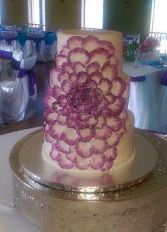 Big flower with petals eedding cake, purple