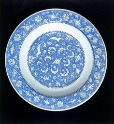 Dish, Iznik, Turkey, ca. 1510. Fritware, underglaze painted in cobalt blue, glazed. Diameter: 44.5 cm. Museum number: 986-1884 © V Images.