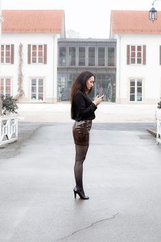 Fashionlook mit Kroko-Rock - Wolford-Neon-40-Strumpfhose - schwarzem Pullover mit V-Ausschnitt - Christian Louboutin Pumps - Luxusfashionblogger - Schloss - Romantik - Wellness - OOTD