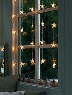 モチーフがついた電飾はカーテンの用にいくつも上からぶら下げて飾るのも。ゆらゆらとガラスに光が反射して幻想的な空間ができます。星形でクリスマスが待ち遠しくなります。