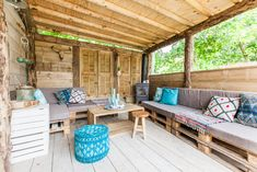 Is er een beter plek om een relaxte avond te hebben dan onder de Ibiza Lodge veranda? #relaxen #glamping #interieur #decoratie #stoerbuiten Ibiza, Outdoor Tables, Outdoor Decor, Lodges, Porch Swing, Glamping, Pergola, Outdoor Structures, Patio