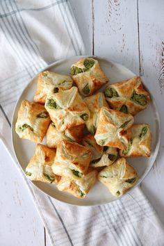 Himmelske Grønne Feta Pakker – One Kitchen – A Thousand Ideas Tapas Menu, Tapas Party, Snacks Für Party, Lunch Snacks, Tapas Dinner, Feta, Vegetarian Tapas, Healthy Foods To Eat, Healthy Recipes