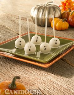 Cake Pops with a Halloween Twist! Visit the source page for step by step photos and other Halloween cake pop characters! Scary Halloween Treats, Halloween Cake Pops, Halloween Baking, Halloween Goodies, Halloween Food For Party, Halloween Desserts, Happy Halloween, Halloween Carnival, Halloween Cat