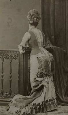 Victorian lady showing of the details on the back of her dress. Victorian Era Fashion, 1870s Fashion, Victorian Women, Vintage Fashion, Victorian Dresses, Victorian Parlor, Edwardian Era, Antique Photos, Vintage Photographs