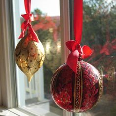 Tie ribbons to some favorite ornaments and use white painters tape to tape them on the middle of a window sash so they hang in the windows, they look neat from the inside as well as the outside! Elegant Christmas, Christmas Past, All Things Christmas, Christmas Bulbs, Christmas Crafts, Christmas Decorations, Holiday Decorating, Christmas Ideas, Decorating Tips