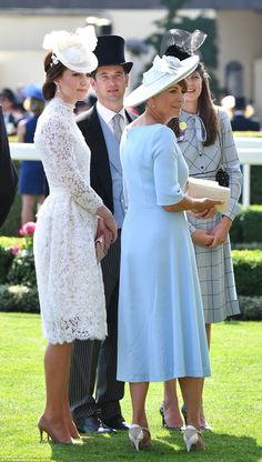Catherine Duchess of Cambridge and her Mother Carole Middleton - Royal Ascot. Carole Middleton, Style Kate Middleton, Middleton Family, The Duchess, Duchess Of Cambridge, Royal Ascot, Pastel Blue Dress, Duchesse Kate, Princesa Kate Middleton