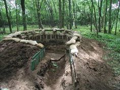 Creuser un trou de 1m30 de profondeurs, ajoutées des tronc d'arbre de 8cm de diamètre et ajouter à la fin des sacs de sables tout au tours.