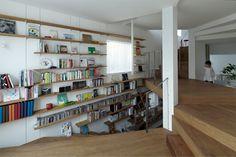 Nichée au sein d'un quartier résidentiel dense de Tokyo, cette maison s'éloigne de l'architecture classique des autres habitations. Construite sur une superficie de terrain très limitée, les architectes l'ont donc imaginée tout en hauteur avec des pièces qui se dévoilent au fur et à mesure que l'on monte les escaliers.