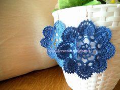 Orecchini grandi blu fiore uncinetto, per informazione ⇩ http://coccinellecreative.blogspot.it/2013/09/orecchini-pendenti-uncinetto-fiore-blu.html
