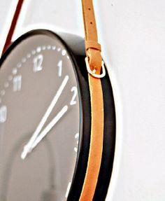 Reloj de pared colgado con cinturón