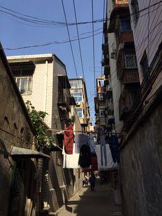 横过巷子的晾衣杆
