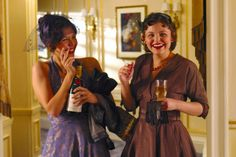 Maggie Gyllenhaal (as Giselle Levy) and Ginnifer Goodwin (as Connie Baker) in Mona Lisa Smile (2003) #monalisasmile #maggiegyllenhaal #ginnifergoodwin