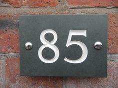 Hausnummern 1 bis 999999 verfügbar - in der Regel gleichen Tag Versand!  -siehe unten Liste auf Bestellung    Diese attraktive Schiefer Zeichen-Designs wurden sorgfältig entworfen, um Ihre Hausnummer ein modern, sauber aussehen.    Erstens ist die Schiefer abgeschrägt und gebohrt, um ein weicheres Erscheinungsbild an den Rändern erstellen und lassen Sie ihn an einer Wand befestigt werden.    Deine gewählte Zahl ist dann klassisch Hand graviert mit tief V Schneiden Schriftzug, nicht…