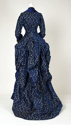 Haute Couture Victorian fashion dinner dress gown from American or European in Unknown fabric in midnight blue. Vintage Outfits, Vintage Gowns, Vintage Hats, 1880s Fashion, Edwardian Fashion, Bustle Dress, Vintage Mode, 19th Century Fashion, Old Dresses