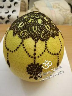 Olvastad a hennázott pomelo esetét? Henna, Christmas Bulbs, Holiday Decor, Blog, Painting, Painting Art, Hennas, Paintings, Painted Canvas